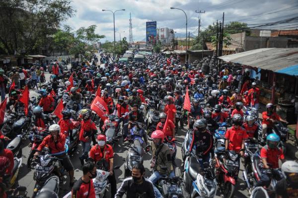 Tak Kantongi Izin, Polisi Bubarkan Demo Buruh di Cirebon