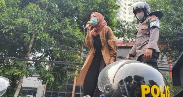 Aksi Qonita Syehsemala Redamkan Emosi Mahasiswa di Simpang Harmoni