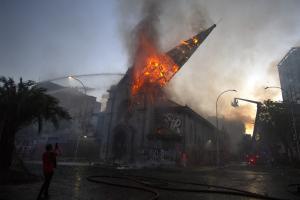 Unjuk Rasa di Cile Rusuh, 2 Gereja Dibakar Massa