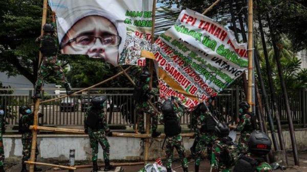 Operasi Penertiban Baliho Rizieq Shihab, Jangan Hakimi TNI