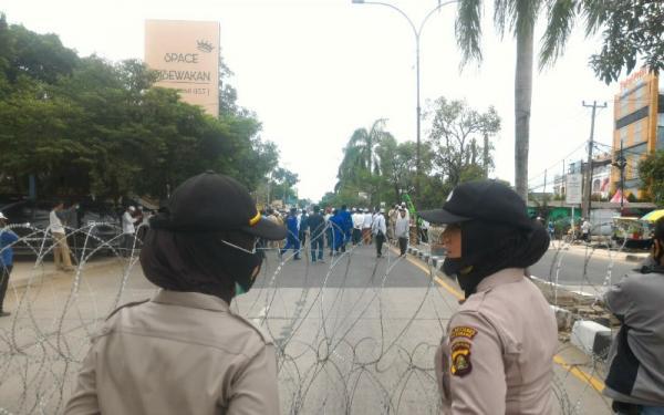 Polisi Blokade Jalan Halau Massa Pendukung Rizieq di Palembang