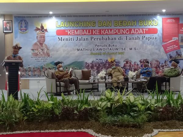 Bupati Jayapura Mathius Awoitauw Luncurkan Buku Kembali ke Kampung Adat