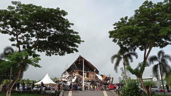Gempa Mamuju: Sejumlah Gedung Tingkat Roboh, Warga Lari Takut Tsunami