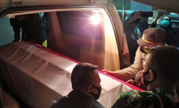 Tewas Ditembak KKB, Isak Tangis Keluarga Sambut Jenazah Praka Roy di Bandung