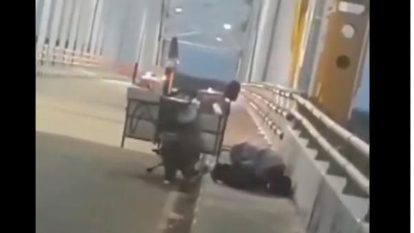 Viral Pria Penjaja Makanan Shalat di Trotoar Jembatan Kotabangun, Kaltim