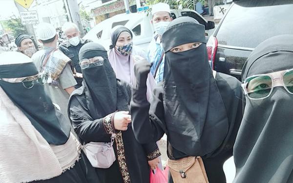 Timbulkan Kerumunan, Polisi Bubarkan Simpatisan Rizieq Shihab di PN Jaktim