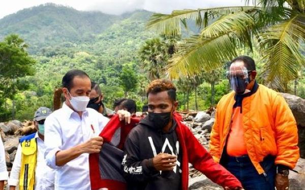 Haru, Presiden Jokowi Berikan Jaket Kepresidenan ke Anak Muda Korban Bencana di Lembata