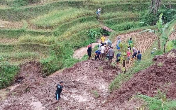 Hujan Lebat Guyuri Kabupaten Bandung, Seorang Warga Tertimbun Longsor