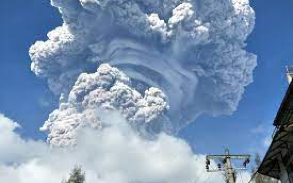 Erupsi Gunung Sinabung Semburkan Awan Panas Sejauh 3 Km
