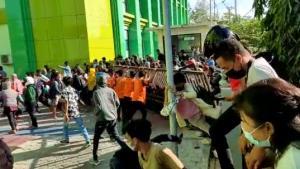 Rebut Vaksin, Warga Kupang NTT Robohkan Pagar Kampus